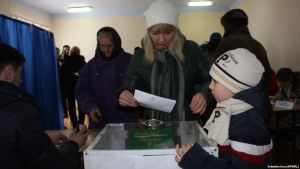 A Gagauz Woman Casts Her Ballot in February 2014 Referendum in Gagauzia (Valtenia Ursu/RFE/RL)