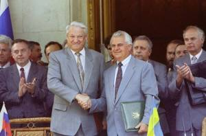 Russian President Boris Yeltsin with Ukraine's first post-Soviet President Lenoid Kravchuk.