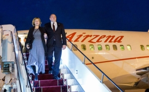 Relishing the Presidential post, Giorgi Margvelashvili arrives with his wife Maka Chichua in Bishkek, Kyrgyzstan on his way back to from a visit to Japan. (Press office photo)