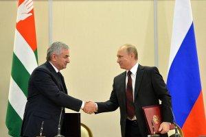 "Raul Khajimba and Vladimir Putin after signing the Russo-Abkhaz treaty of ""alliance and strategic cooperation"" in Sukhumi. (Kremlin.ru)"